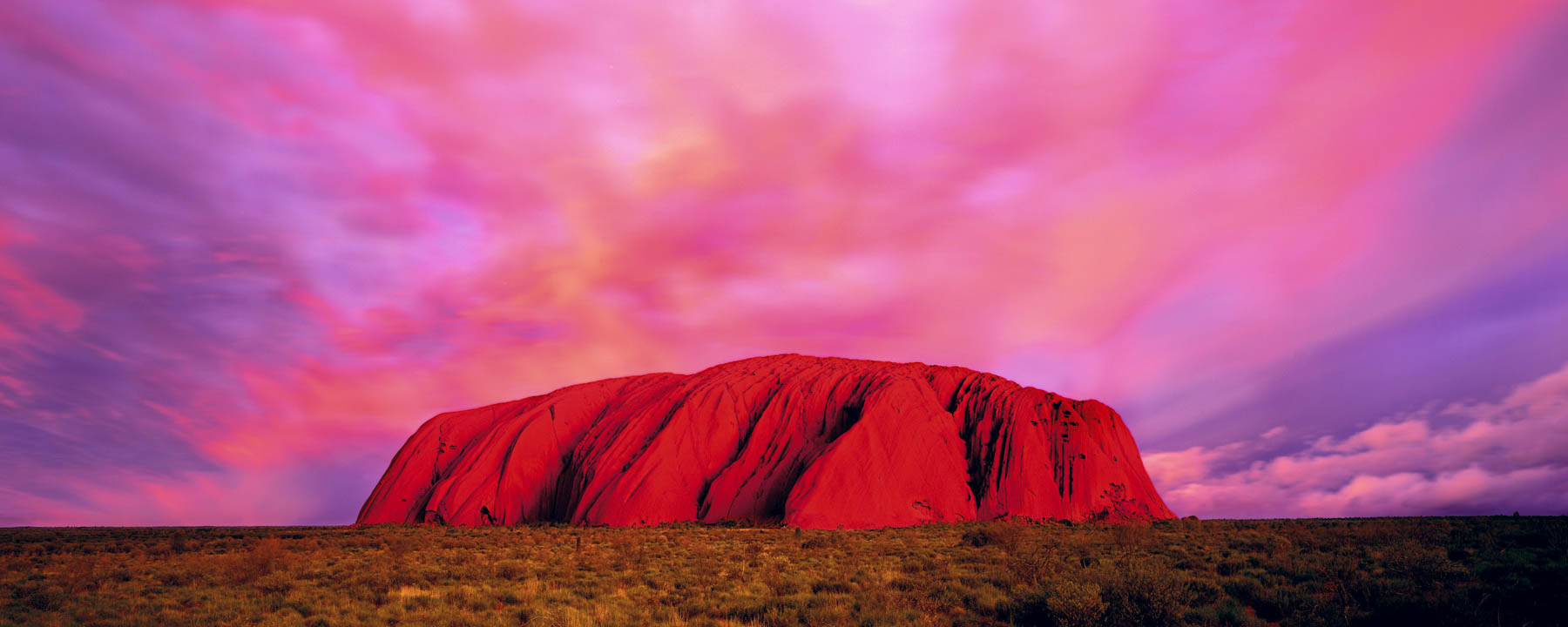What gives Uluru its red colour?